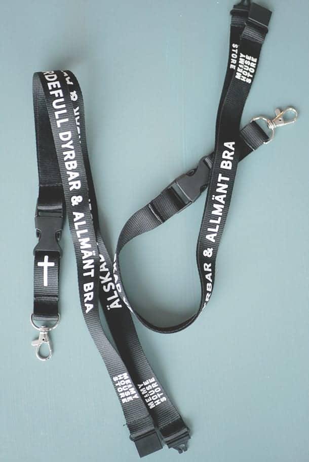 Nyckelband i svart: Älskad, värdefull, dyrbar och allmänt bra