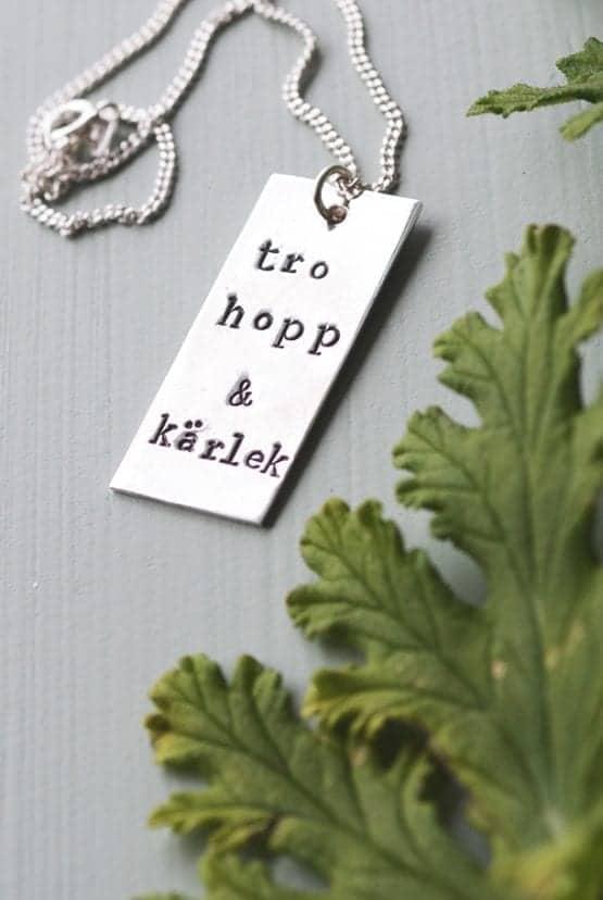 Handtillverkat halsband med stort hänge: Tro, hopp & kärlek