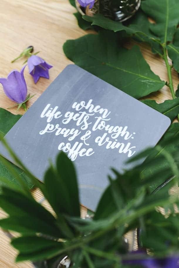 Kvadratiskt glasunderlägg: When life gets tough; pray and drink coffee