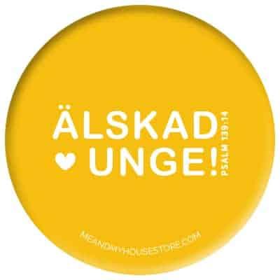 Knapp i gul: Älskad unge!