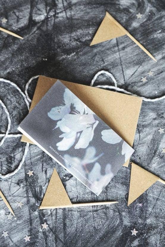 Litet dubbelt kort med kuvert av returpapper: Gud dig välsigne på din födelsedag