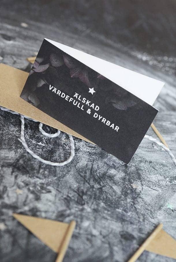 Litet dubbelt kort med kuvert av returpapper: Älskad, värdefull, dyrbar