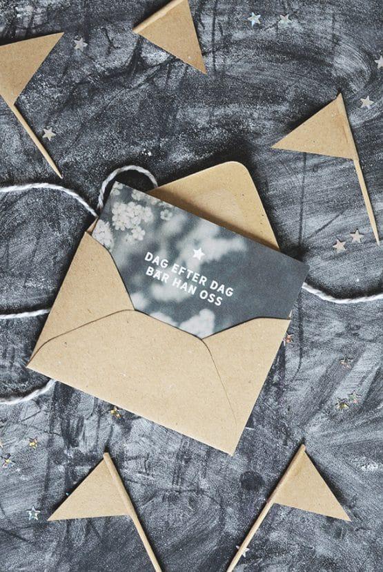 Litet dubbelt kort med kuvert av returpapper: Dag efter dag bär Han oss