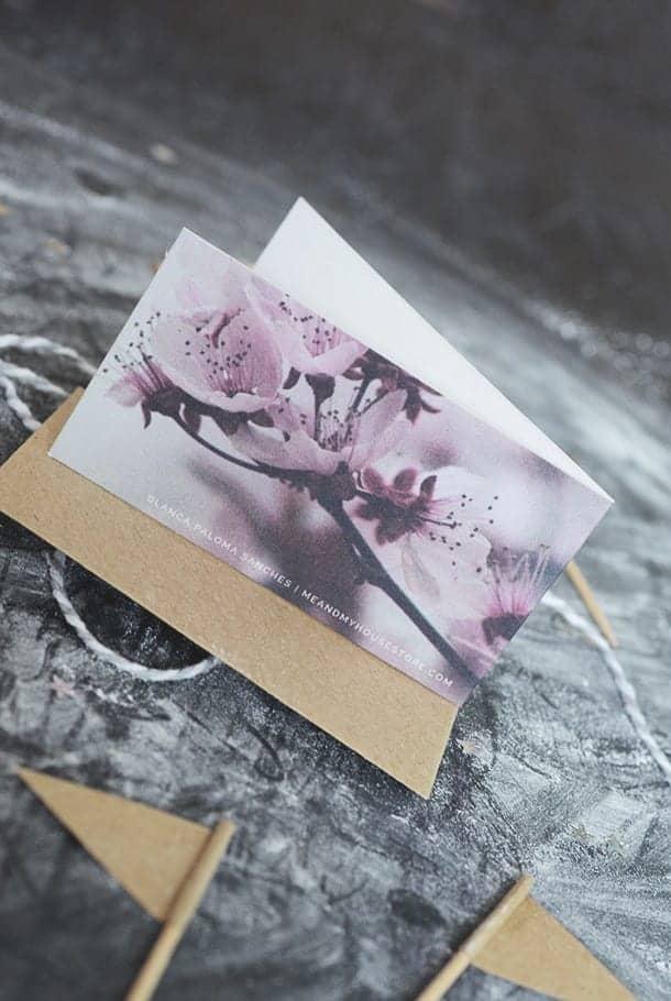 Litet dubbelt kort med kuvert av returpapper: Du finns i våra böner