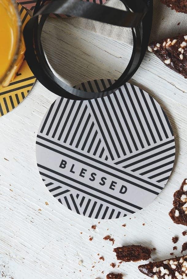 Glasunderlägg i ljusgrått med svart mönster: Blessed