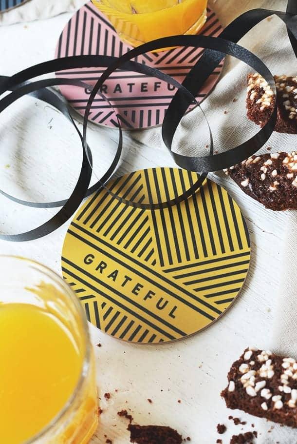 Glasunderlägg i gult med svart mönster: Grateful