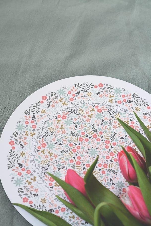 Grytunderlägg med korkbaksida, blommigt mönster: Faith Love Hope