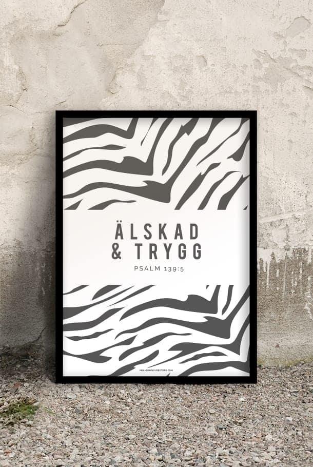 50x70-poster med zebramönstrat tryck i grått: Älskad och trygg