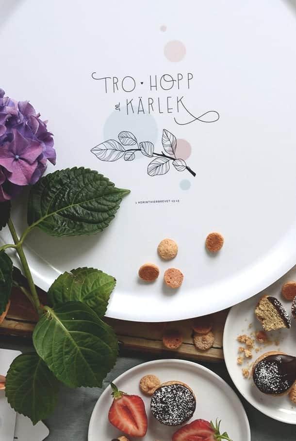 Stor rund bricka: Tro, hopp, kärlek