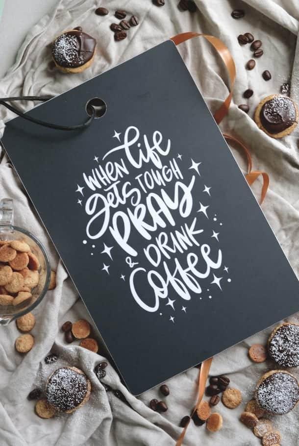 Mörkgrå skärbräda: When life gets tough, pray and drink coffee
