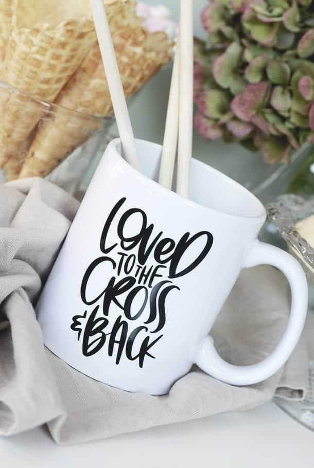 Vit porslinsmugg: Loved to the cross & back