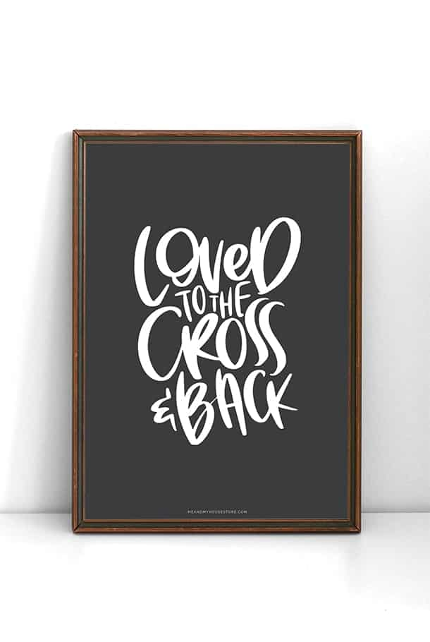 Mörkgrå poster: Loved to the Cross and back
