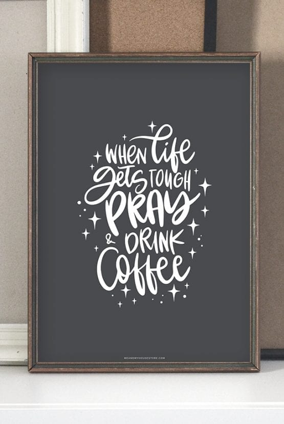 Mörkgrå poster: When life gets tough, pray and drink coffe