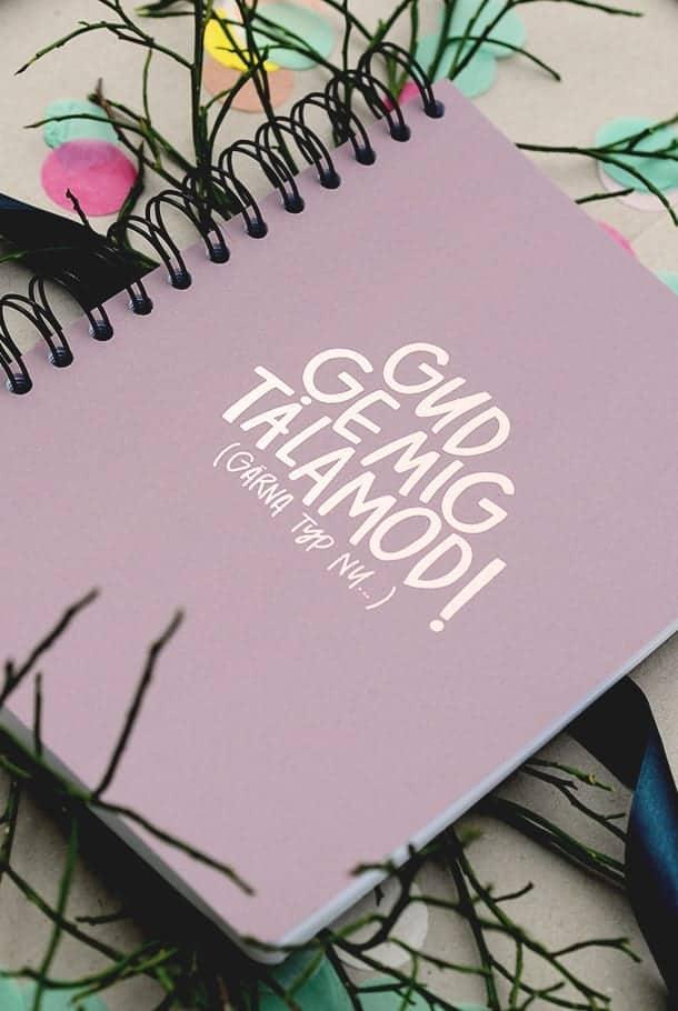 Tjockt block med roséfärgad text: Gud, ge mig tålamod!