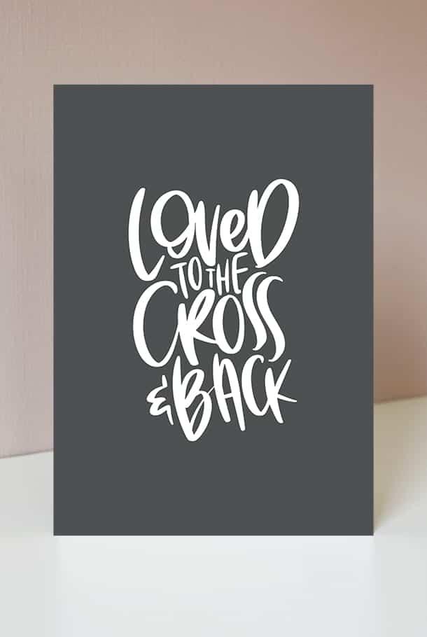 Stort kort med mörkgrå bakgrund: Loved to the cross and back