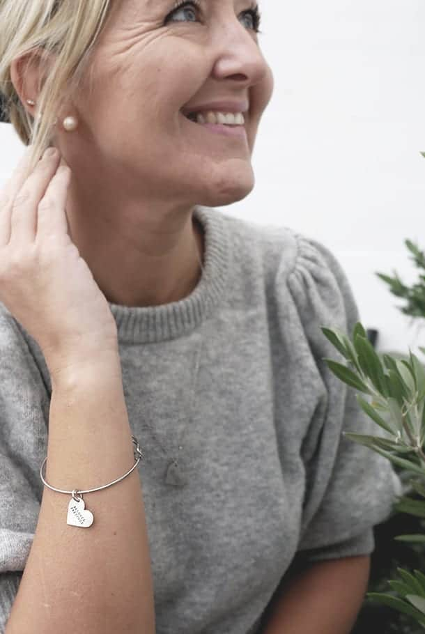 Ställbar armring med hjärtformat hänge: Beloved, precious