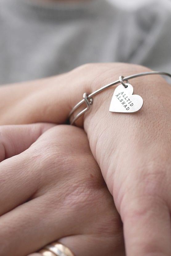 Ställbar armring med hjärtformat hänge: Alltid älskad