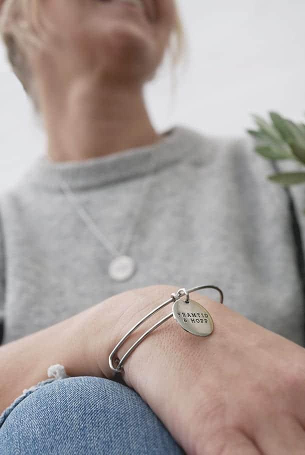 Ställbar armring med runt hänge: Framtid & hopp