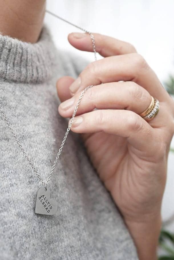 Stålhalsband med hjärtformat hänge: Alltid älskad