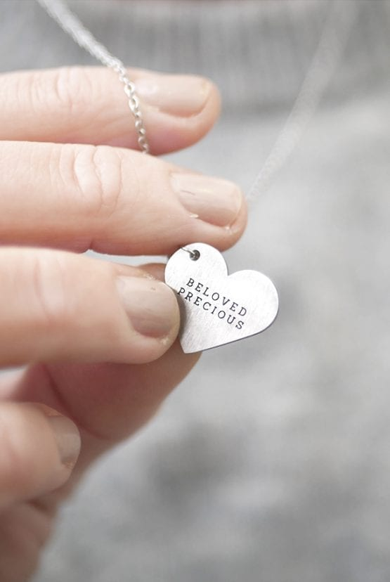 Stålhalsband med hjärtformat hänge: Beloved, precious