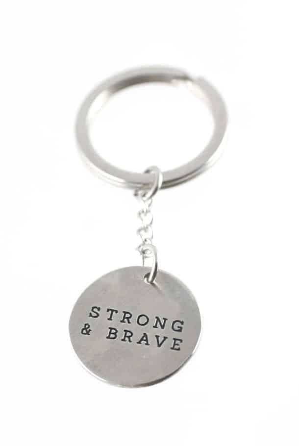 Nyckelring med runt hänge: Strong & brave