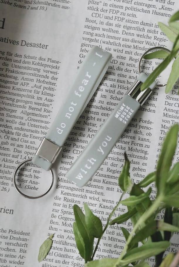Nyckelringsband i svagt gråblått: Do not fear
