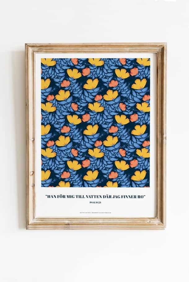 Poster av Sophie Åström i blått småblommigt: Han för mig till vatten där jag finner ro