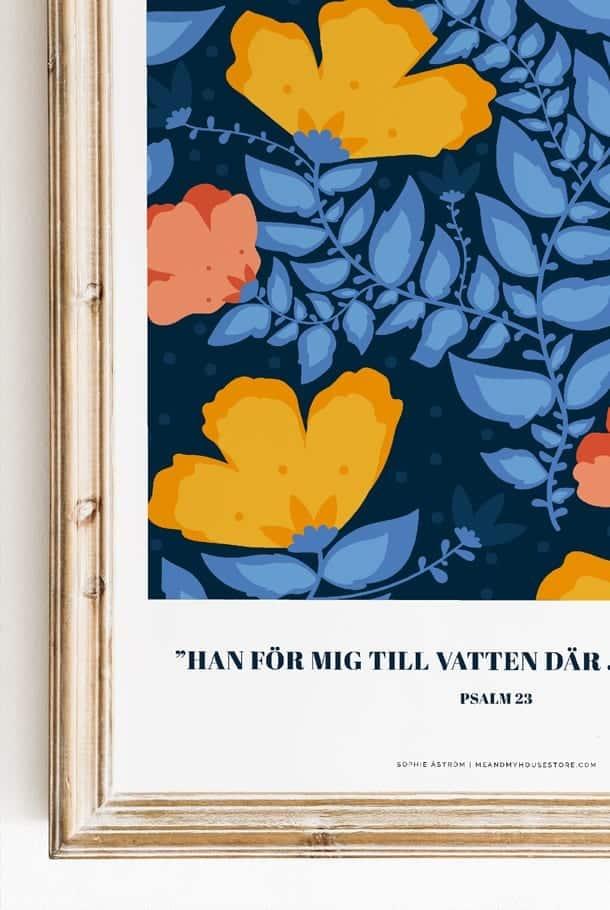 Poster av Sophie Åström i blått storblommigt: Han för mig till vatten där jag finner ro