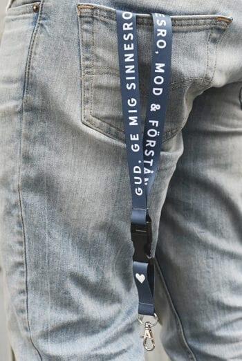 Långt nyckelband i mörkblått: Gud, ge mig sinnesro