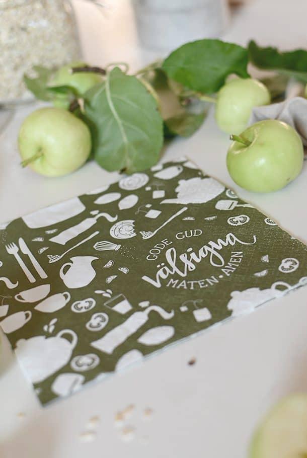 En av våra mest populära klassiker är tillbaka i ny, fin färg! Mossgröna pappersservetter, 3-lags. Jättefina att duka upp med på kalas, kyrkfika eller till en helt vanlig avslappnad vardagsmiddag, förstås. Fin liten gå bort-present också! Servetterna är tillverkade av FSC-certifierat papper från ansvarsfullt skogsbruk. De är bleka utan klorin och är tillverkade efter Svanenmärkningens standard. Förpackning med 20 st normalstora servetter, 33x33 cm stora när de är utvikta, 16,5x16,5 cm vikta.
